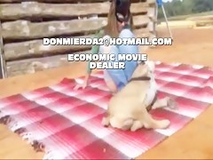 El sujeta al perro y a la zorra