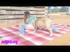 Rubia se prepara ella sola y luego se folla al caballo